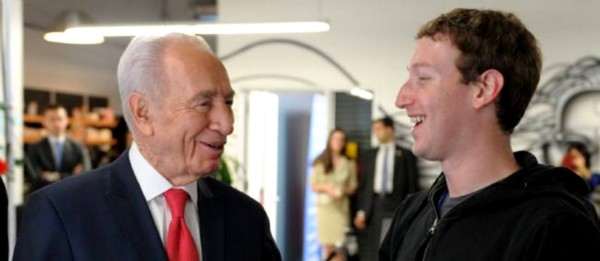 Israelin ex-presidentti Shimon Peres ja Mark Zuckerberg.