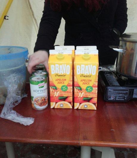 Tukijoiden lahjoittamaa ruokaa ja juomia.