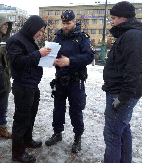 Poliisi kävi paikan päällä kyselemässä lupia, mutta poistui pian kaiken ollessa kunnossa. Ruoanjakoon haettiin etukäteen lupa Elintarvikevirastolta.