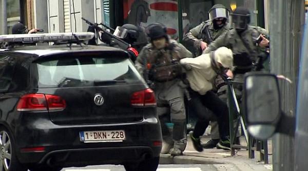 Poliisit suorittamassa pidätystä tunkeutujalähiössä.