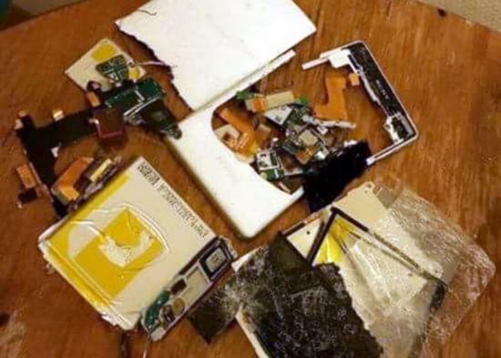 Eräs Suomeen tullut turvapaikanhakija oli ratkaissut ongelman tuhoamalla puhelimensa. Kuva on hänen Facebook-sivultaan.