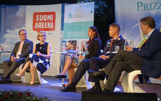 Vasemmalta: Antti Pelttari, Paula Risikko, Nasima Razmyar, Seppo Kolehmainen ja Juho Saari.