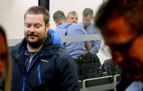 Poliittinen vanki Saxlind istui turvalasin takana koko käsittelyn ajan, tauot mukaan lukien, jolloin hänet kuljetettiin käsiraudoissa erilliseen huoneeseen.