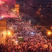 Kymmenettuhannet puolalaiset marssivat Varsovassa