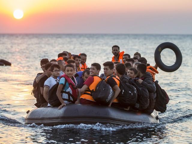 pakolaisia_kumiveneessa